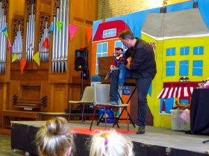 poppenspeler en goochelaar Matthijs Vlaardingerbroek met buikspreekpop Henkie op juffendag
