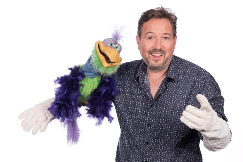christelijke poppenspeler Matthijs Vlaardingerbroek met handpop vogel op arm