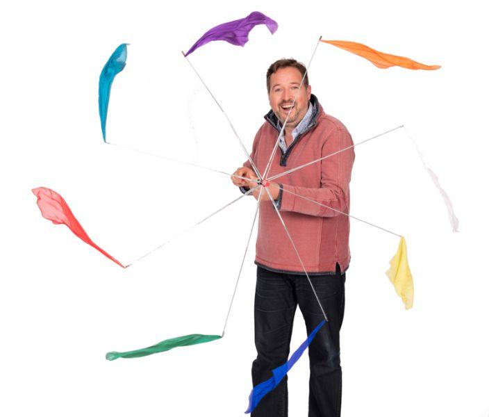 Matthijs Vlaardingerbroek verhalenverteller met kleurige paraplu