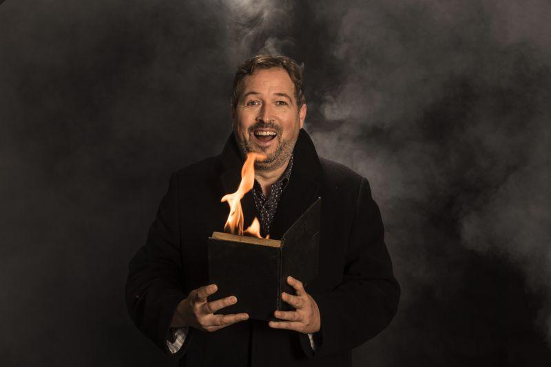 Christelijke goochelaar Matthijs Vlaardingerbroek met brandend boek
